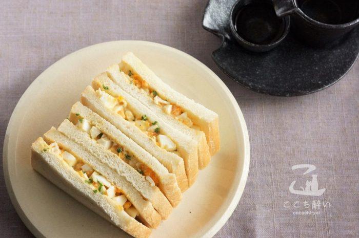 アンチョビ卵サンドと日本酒