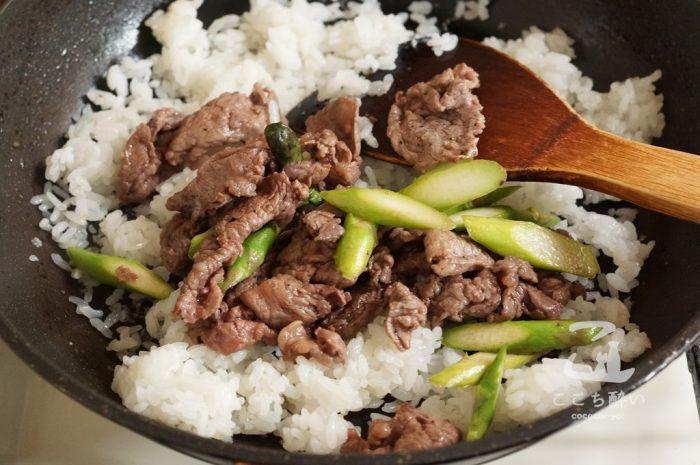 牛肉とアスパラガスのガーリックライスの作り方の手順4
