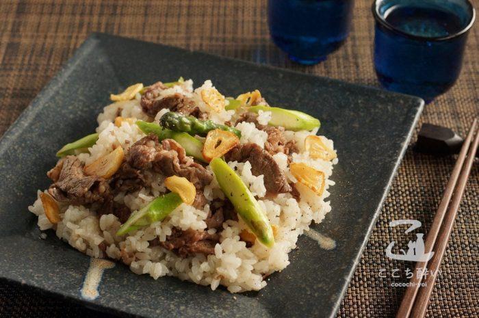 牛肉とアスパラガスのガーリックライスと日本酒